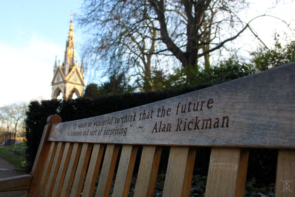 Vue sur le Albert Memorial depuis le banc dédié à Alan Rickman | ©Raine | 2017