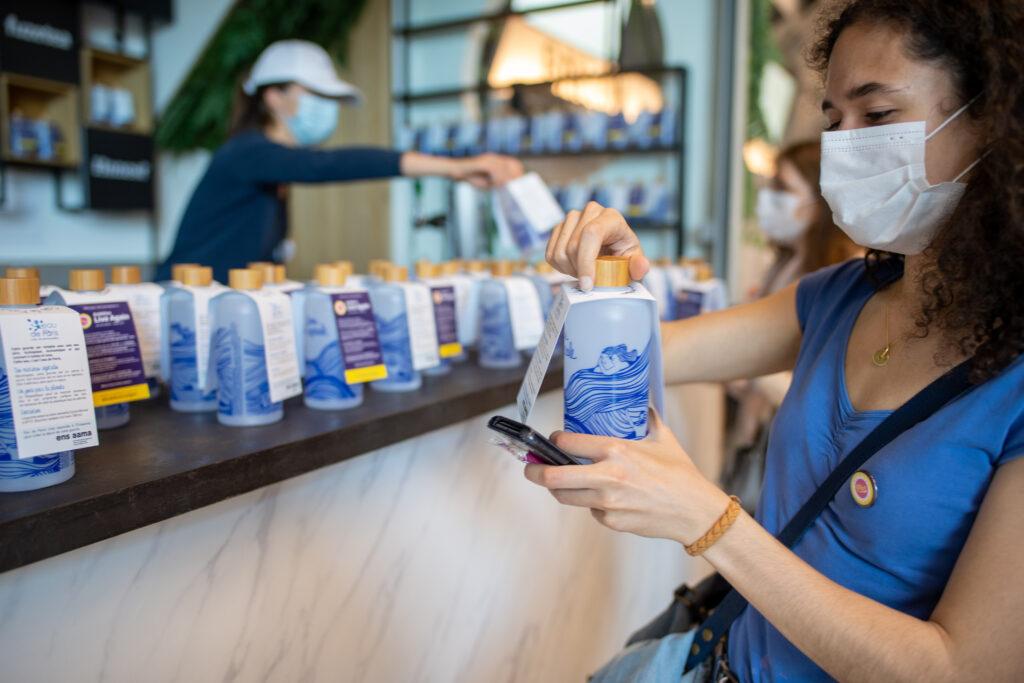 PARIS, FRANCE - 29 MAI: Des gourdes d'eau sont distribuées au public pendant l'étude médicale et concert test Ambition Live Again qui se déroule à l'AccorHotels Arena de Paris, le 29 Mai 2021. (Photo Jean-Louis Carli/Alea)